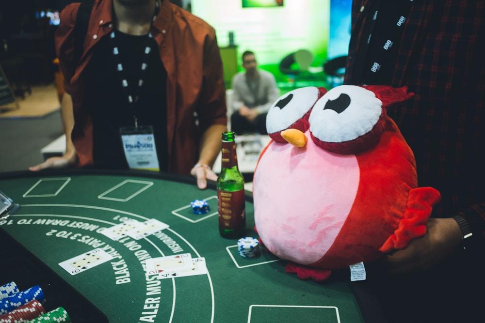 Owlie släcker törsten över en runda blackjack